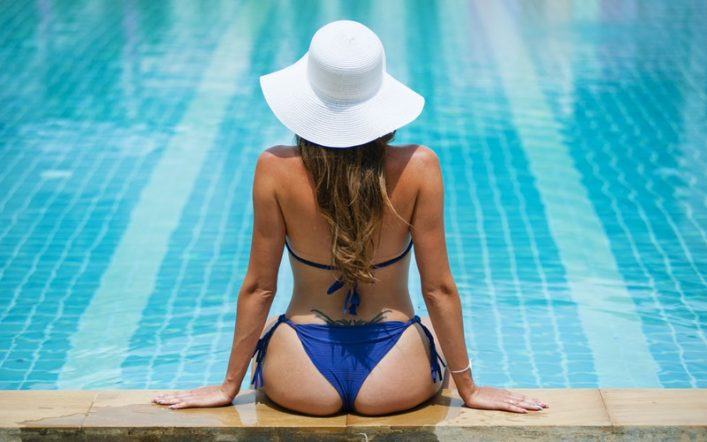Lady with white hat love swimming